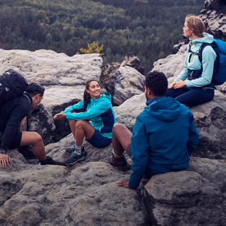 Groep wandelaars zit op rots