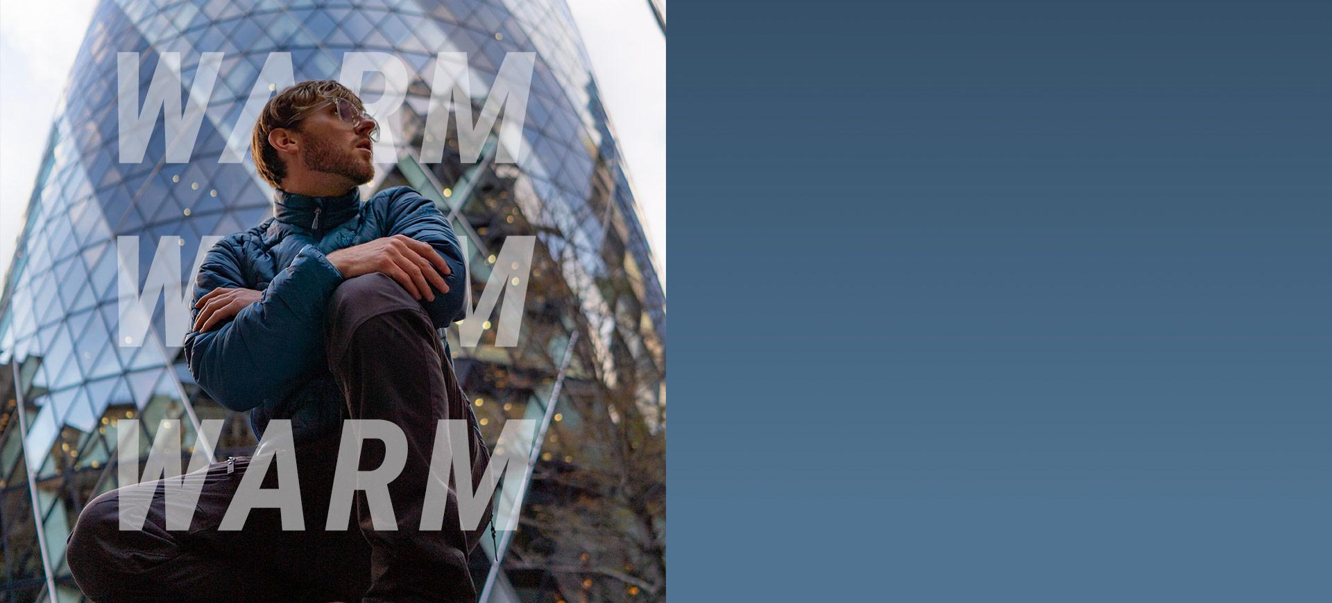 Man poseert voor het gebouw